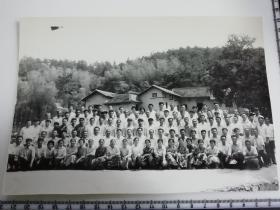 原国家民委专家张红、段星光旧藏老照片1张 1978年与毛主席故居前合影