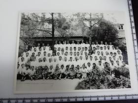 原国家民委专家张红、段星光旧藏老照片1张 少数民族同志1978年于南京梅园新村共产党代表团旧址合影 红色旅游题材