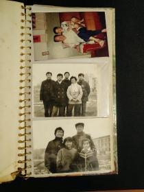 一个家庭相册,共100张以上照片,没详细数。60-90年代的都有。尺寸不一,黑白彩色都有