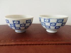 清代宣统时期:青花(手绘)茶杯一对,瓷质细腻,画工精美。保真。