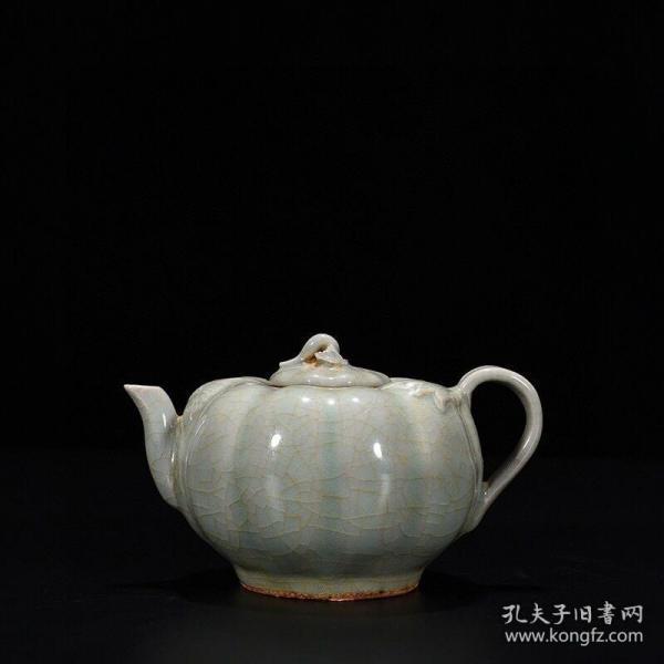宋——龙泉窑粉青釉瓜楞壶