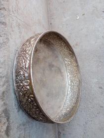 铜鎏银盘子一个,看着表面是白的,以为是铁的呢,我刮了一个地方,露出铜色了,确定是铜的,年代未知,感觉时间不太长,图案挺复杂的,整个图案应该是手工砸出来的,懂得来买,售出不退。底部不是平的,可接触面积小。
