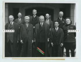 1946年远东国际军事法庭在日本东京对第二次世界大战中日本首要甲级战犯的国际大审判,法庭由美国、中国、英国、法国、苏联、加拿大、澳大利亚、新西兰、荷兰、印度、菲律宾11国指派的11名法官组成,当时法官合影老照片,右三是中国代表法官梅汝璈博士