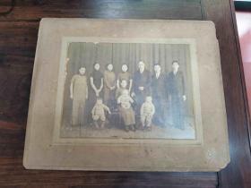 民国早期  老照片《旗袍美女们家庭合影》