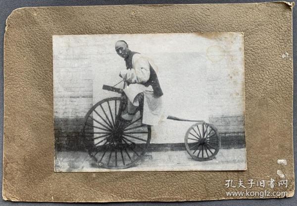 """清末明信片 """"大清男子脚踏奇异自行车模型""""一枚 粘贴于纸质相框上(题材滑稽有趣,明信片尺寸:10.2*14.5厘米)"""