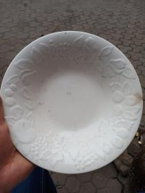 瓷盘一个,年代未知,口有小裂,天然窑烧产生的裂口,有暗花,喜欢的来买,售出不退。