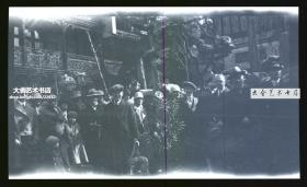 民国时期外国人在上海的古典园林中聚会,太湖石前合影原版底片,拥有底片即拥有版权A