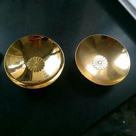 日本24k镀金酒盏两只,日本皇室徽标~(十六瓣菊纹〉,底部24k包金标志,直径7.2㎝,高2.6㎝