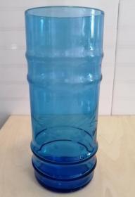 八十年代蓝色玻璃水杯一个,果汁杯,造型优美,刻花卉纹饰。老玻璃杯, 老物件摆设,家具怀旧陈设