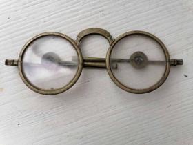 一副清末民国铜框折叠腿老花眼镜。