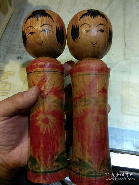 【日本老玩具一对】 kokeshi 木芥子娃娃 昭和 纯手工 传统菊纹样 木偶 人形娃娃 一对【木偶底部有雕刻制作者签名;应为木偶名家作品】高21cm;头部直径约6cm;底部直径约5.5cm【图片为实拍,品相以图片为准;木质好没有开裂】