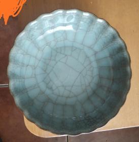 灰青釉花口笔洗或者小盆做工精到 胎质致密硬实釉色沉稳 开片漂亮自然