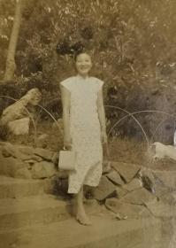 民国旗袍美女(挎包带表)照片