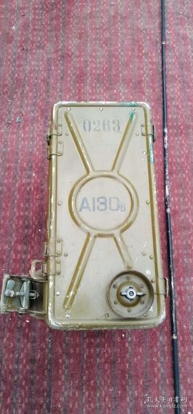 六七十年代的老物件,淘汰的退役电台一部,品相如图所示。