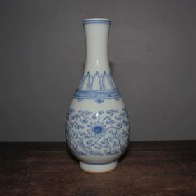 青花缠枝花卉瓶                                                       高15.7厘米,口直径3厘米,底直径4.1厘米.