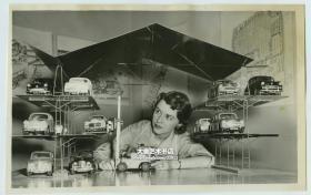 1956年在博览会上年轻女子玩老汽车模型车模老照片