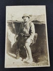 """抗日战争时期 日本兵持枪照一枚(少见,背面书写有""""于家庄""""等字样,并钤有日本军官印章,为河南一带拍摄,尺寸:10.6*7.4cm)"""