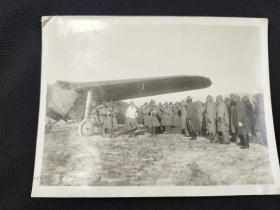 抗日战争时期 日本部队在飞机前集结照一枚(大尺幅,可能为山西太原一带拍摄,尺寸:12*15.8cm)