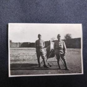 """抗日战争时期 两个日本兵合照一枚(背面印有""""昭和十六年十月"""",可能为山西太原一带拍摄,尺寸:4*5.7cm)"""