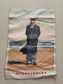 文革毛主席五彩丝织品,伟大领袖毛主席在北戴河,尺寸27x40厘米,