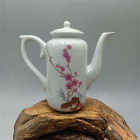 【精品收藏  陶瓷研究所1975年中南海怀仁堂珍品茶壶7501 仿古瓷古玩摆件收藏】注意:此商品茶壶底日期1975年的已售缺,现在发货只有1962年的见图。 尺寸约:高12.80CM 口径约4.60CM 底径约4CM