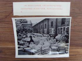 1971年,云南昆明市搪瓷厂,工人在包装搪瓷盆、碗 、搪瓷缸