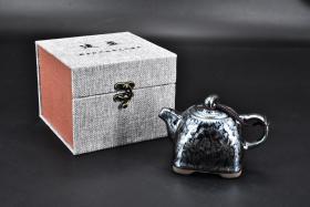 """(丙4263)《建盏茶壶》原盒精装1件 样式精美 底部有""""连宏达""""款 茶壶含壶嘴壶把长:13.2cm 高:9.3cm 建盏是中国宋代八大名瓷之一, 因产地为宋建宁府瓯宁县,又因瓯宁县为建安附属县,故此称为建盏。"""