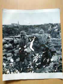 日寇占领河南省会开封后在城墙上架枪对着中国人