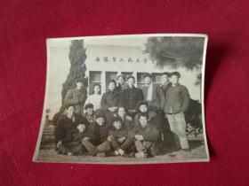 1962年老照片【无锡市人民大会堂背景的集体合影老照片】9.5*7.5厘米,实拍如影,保真包老,背面有签赠
