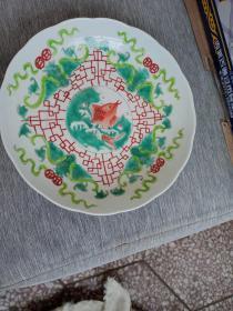 盘子,中间有鱼,釉色不错,纯手工绘制,喜欢的来买,价格不高,售出不退。昨天下午收的。