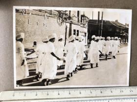 民国抗战时期街头行走的一群女护士老照片