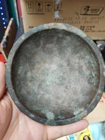 铜器一件,很薄,口有几处裂的地方,包真包老,年代辽金元至明清,东西是老的,但品相不太好。谨慎下单,售出不退。