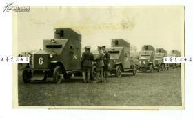 1932年淞沪抗战期间,驻守在上海租界的各国士兵联合起来防御老照片,以防中日交战双方进入租界,主要的武器就是这些架设着机关枪的装甲车。