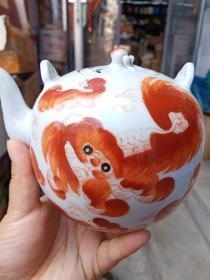 瓷壶一个,年代未知,样子不错,价格不高,售出不腿。