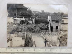 民国抗战时期江南地区遭日军轰炸后的惨景,桥上站岗的日本鬼子老照片