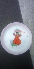 文革 搪瓷盘  新疆女孩头顶葡萄图案  (直径:34cm)品好