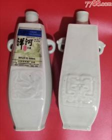 两个造型相似的早期酒瓶
