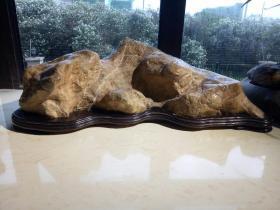 ◇居无石不雅。灵璧石,黄灵璧石是最稀缺的一种◇这是一块崎岖起伏的山形奇石◇俯瞰此石为元宝剪影,黄灿灿的色泽比黑灵璧更显得富丽堂皇,呈环抱状之形更利风水,聚财气,有石来运转之寓意,雅居必备!搁在奇石市场都是五位数的高货。 再细看石质包浆醇厚,脉络清晰,轻磕声音清亮悦耳,独一无二的造型是高档会所,私家别墅,高档书房布局的不二之选!
