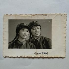 老照片:女军人俩姐妹