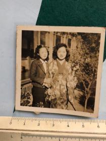 民国抗战时期两个美女合影老照片