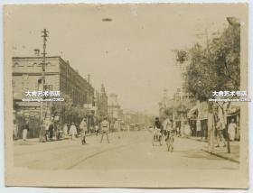 民国时期天津繁华宽敞的街道街景老照片,泛银