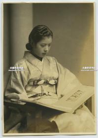 民国时期看照片相册的漂亮日本和服年轻女子老照片