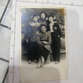 妈妈与她的三个美美丫头合照