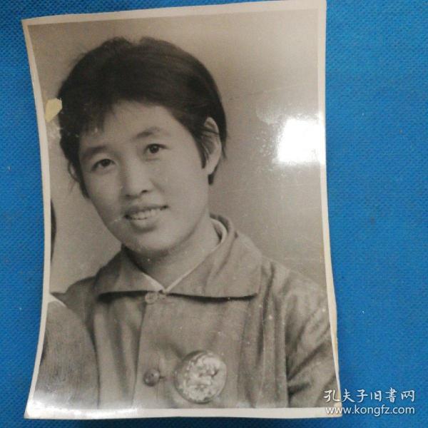 文革时期照片 胸戴毛主席像章 --尺寸13x9.5厘米