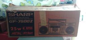 80年代日本原装夏普GF7500Z单卡收录机,单卡收录机之王,电控机芯,收音功能完美,磁带加载不走磁带,需要换皮带了,原装箱子,原装说明书,原装电源线都在,使用的时间非常少,一直箱子里保存了,原装塑料膜都在,没有磨损非常少见。