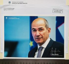 3次出任斯洛文尼亚总理、政府首脑(2004-2008、2012-2013、2020-)、2次出任国防部长(1990-1994和2000-2001)、欧洲理事会主席(2008-2009)、民主党主席(1993-)、议会议员、亚内兹·扬沙(Janez Janša)、1991年初领导地方卫队与南斯拉夫人民军进行了七天的自卫战争、官方签名、大照片1张(罕见、珍贵)