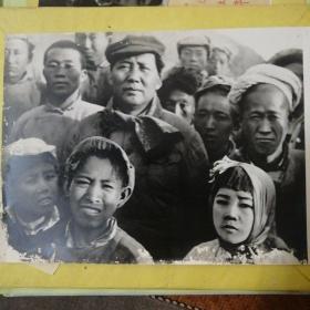 毛主席与延安群众秧歌队员在一起