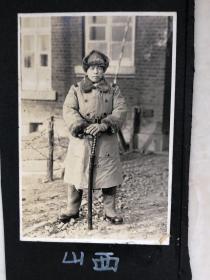 民国抗战时期山西日军兵营前拿指挥刀的日本鬼子原版老照片