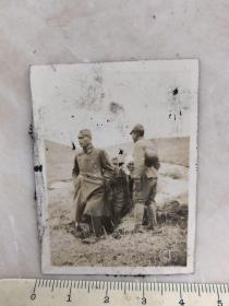 民国抗战时期野外日本鬼子军官与士兵原版老照片