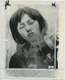1955年美联社新闻传真照片,一名从浙江省台州市椒江区大陈岛撤离的女孩抵达台湾基隆,上岸前接受喷雾消毒
